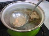ダシを沸騰、灰汁とり