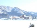 稲川庁舎と国見山