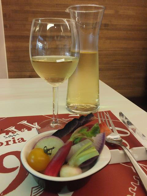 スティックサラダとワイン