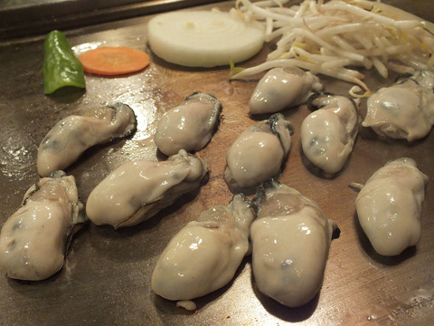 焼いている最中の牡蠣 067