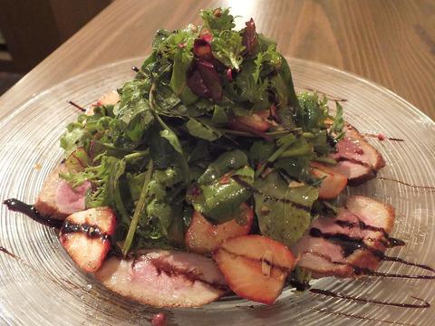 合鴨燻製と苺のサラダ