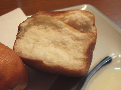 「一口牛乳饅頭揚げ」(割ったところ)