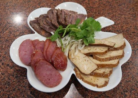 8年乾燥・熟成させた、台湾高菜が…トロトロッの豚肉に、上っ面じゃあない、旨みと滋味の洪水♪ 「台湾高菜と豚バラ煮」 御徒町・台湾客家料理 新竹