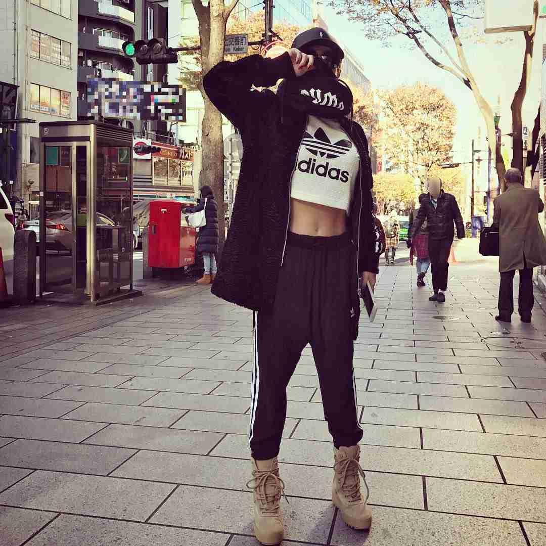 """【エンタメ画像】《ファッションリーダー》浜崎あゆみ、路上で取材した""""胸強調へそ出し衣装""""が痛すぎるってよ!!!!!!!!!!!!!!!!!!!!!"""