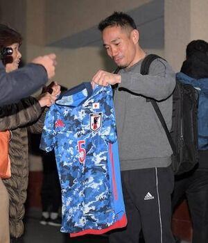 【悲報】韓国さん「サッカー日本代表の新ユニフォームは軍服を想起させるようなデザインで、世界的な批判は避けられなくなった」←これwwww