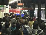 【動画】 名鉄名古屋本線・金山駅で人身事故 「目の前で」「下敷きになって」「ブルーシート広げて・・」 電車遅延で騒然