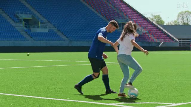 サッカー選手をアシスタントの女性が翻弄!?ノルウェーのサッカー選手たちを驚かせたドッキリ映像