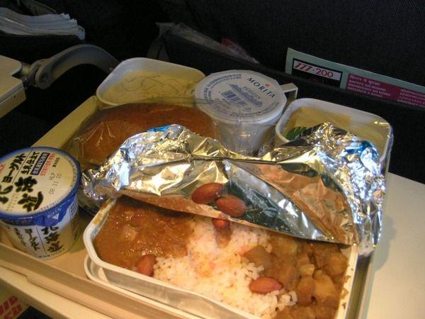 機内食が「不味い」と感じる長年の謎が判明する!