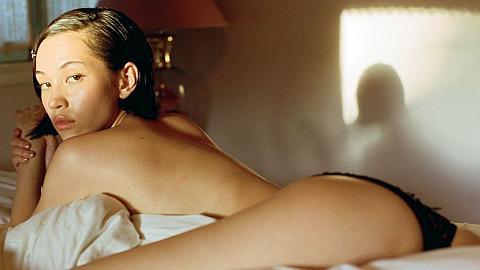 水原希子がショーツ1枚に乳首ギリギリも…過激ショットをInstagramに連投。