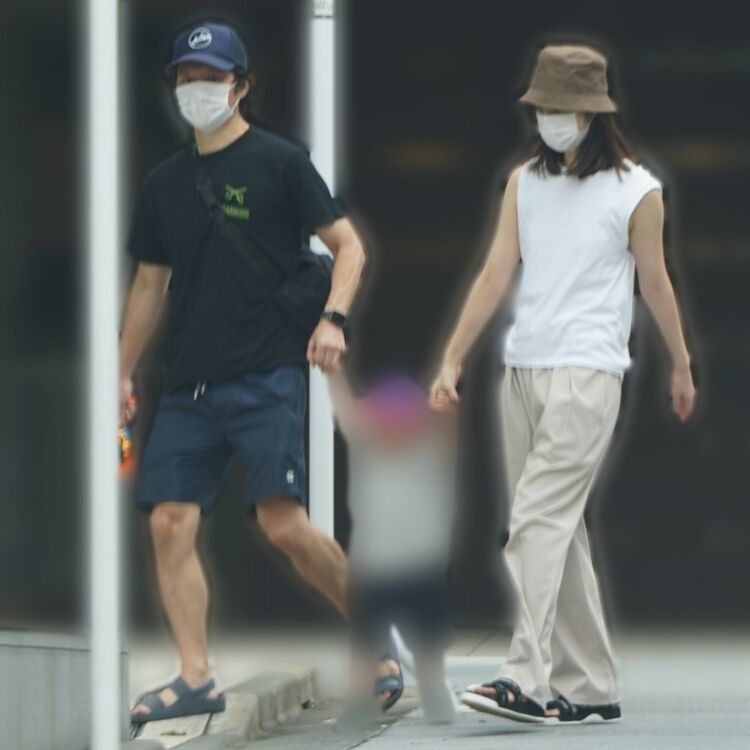 【朗報】渡部建&佐々木希 親子3人で手つなぎ散歩、仲睦まじい姿wwwwwww