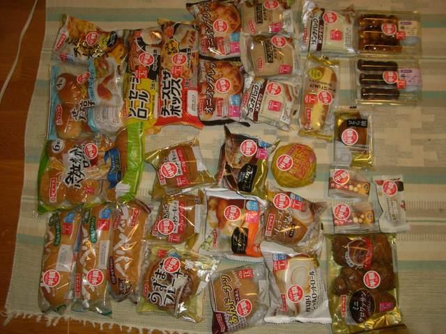 【画像】ドラッグストアで半額の菓子パン32個買ってきたωωωωωωωωωωωωωωωωωωωω