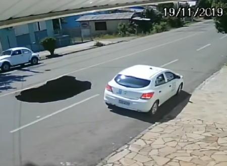道路にぽっかりと開いた大穴に車が落ちてしまう瞬間の映像。どうして気付けないのか。