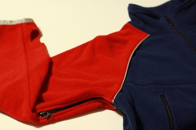 脇のファスナーは裾まで全開になります