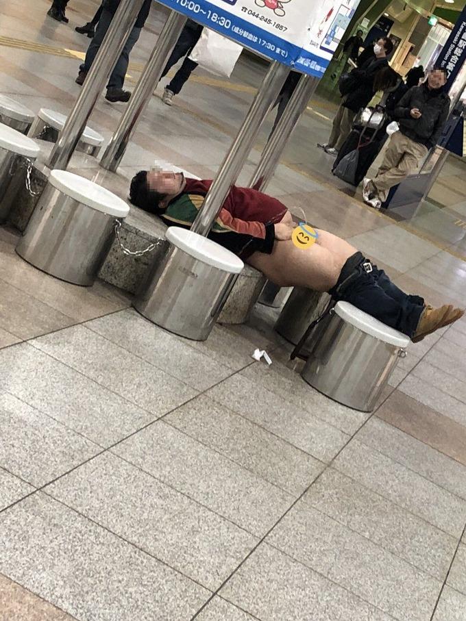 Twitter民「下半身丸出しで酔いつぶれてるエッチな子おった」