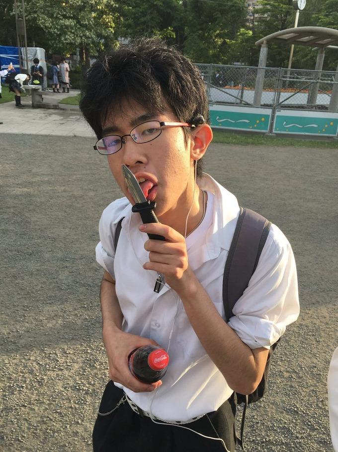 【悲報】学校でナイフを見せびらかした陰キャ中学生、ブチ切れて同級生の後頭部をぶっ刺す