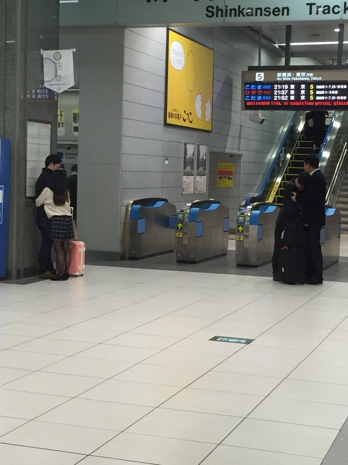 新幹線の改札口で寄り添う二組のカップルの写真がTwitterで15万いいね!!