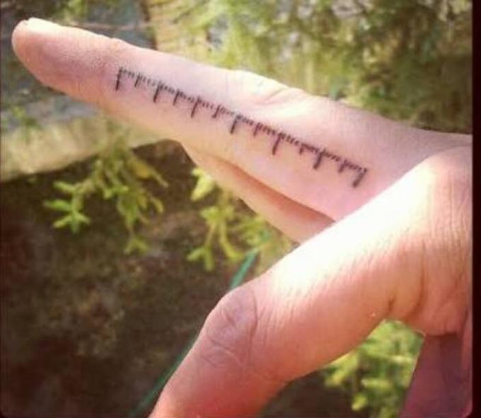 【朗報】外国人さん、とんでもなく便利なタトゥーを思いついてしまう