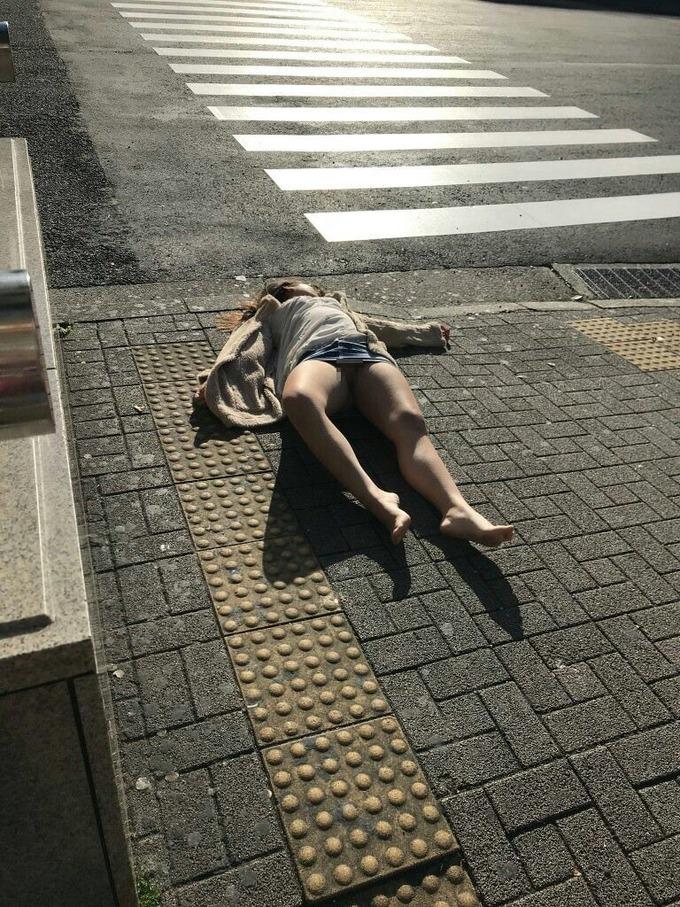 【画像】クラブで泥酔した女さん、路上で朝まで寝てしまう
