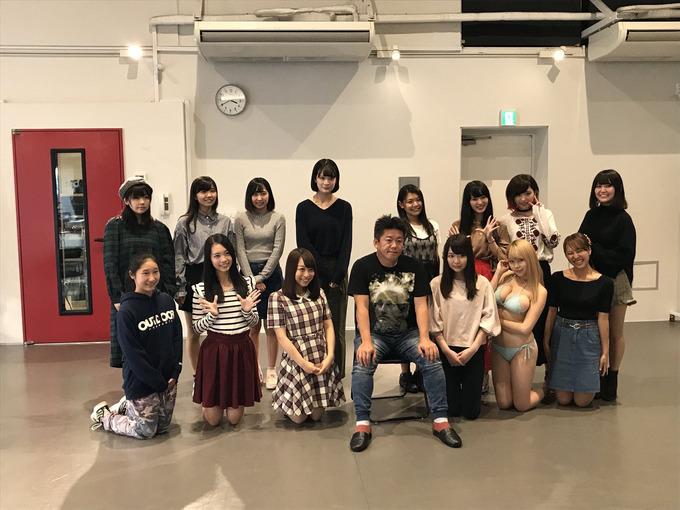 【悲報】堀江貴文さん、若い女の子に囲まれてるのに全然嬉しくなさそう