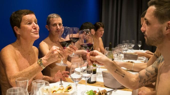 【悲報】パリ初のヌーディスト向けレストラン、客が入らず閉店に