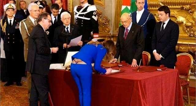 【悲報】イタリアのまんさん大臣、調印する際にパンツが見えてしまう