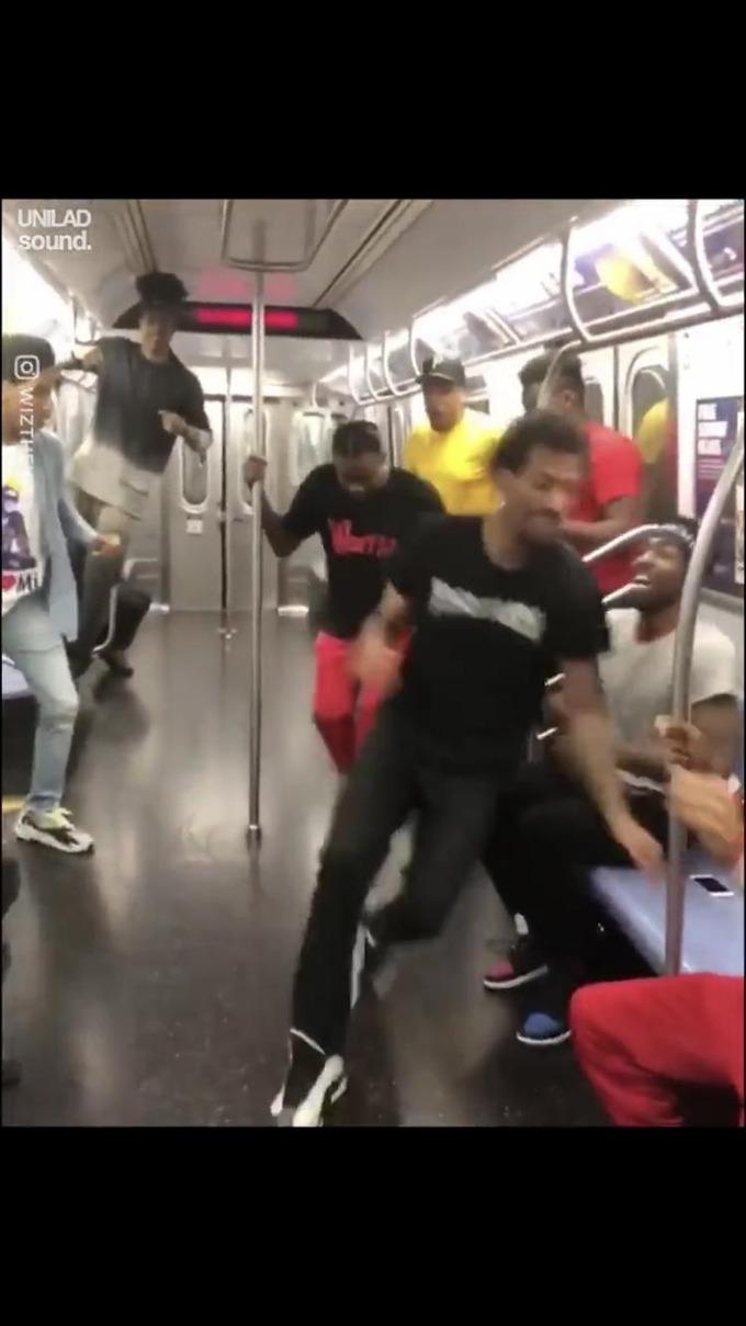 【動画】海外の陽キャ、電車ではしゃぎすぎて炎上