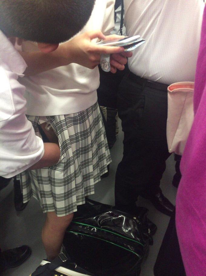 【画像】電車の中でJKに手マソする少年が見つかる