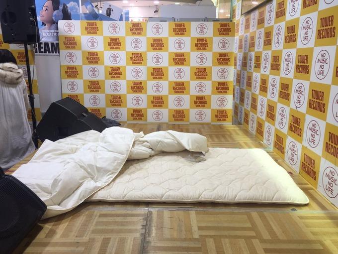 【画像】JCアイドルにコンドームを咥えさせて添い寝できるイベント、気色悪いと非難される