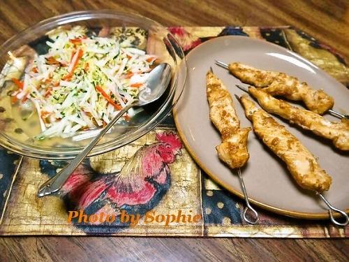 鶏肉の串焼き・アジア風スロー添え