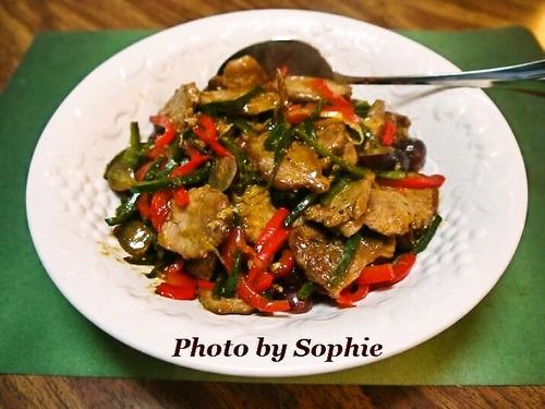 豚ヒレ肉とポブラノチリの炒め物