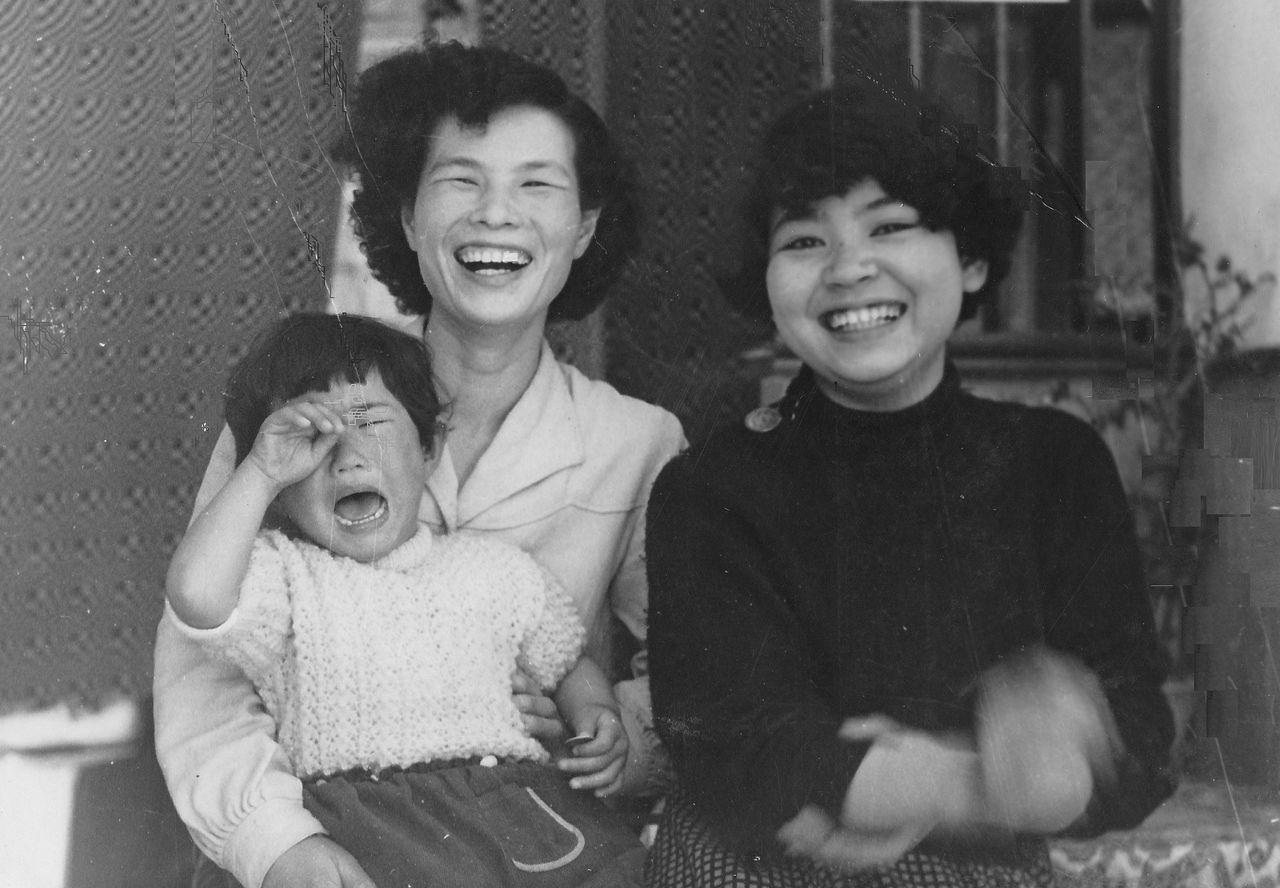 母の日-泣く路子、笑うけい子ちゃんと母 trim