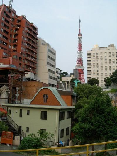 4_スリバチの底から東京タワーを見上げる