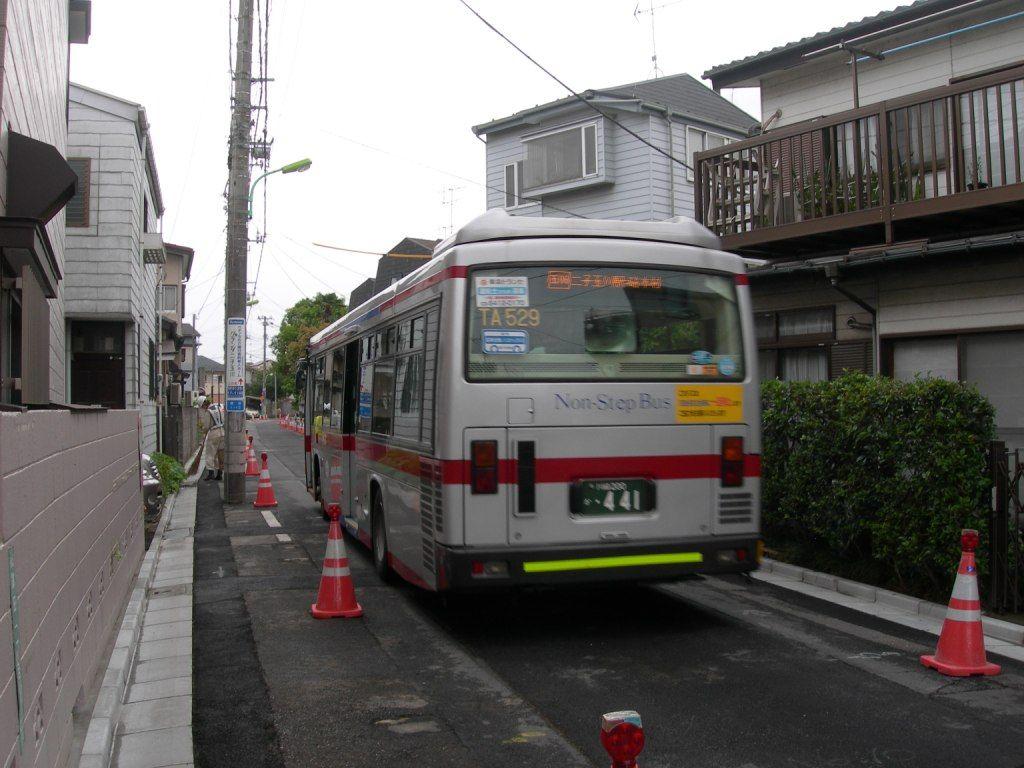 03_砧線跡の道路を走るバス