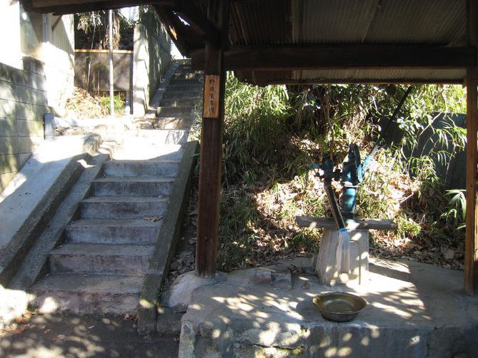 玉林寺裏の小径の井戸ポンプ