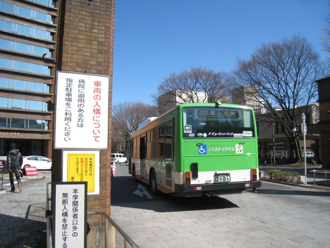 2_竜岡門を入るバス