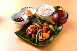 鶏と野菜の黒酢炒め定食