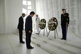 アリゾナ記念館で戦没者に黙とうを捧げる両首脳