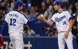 田島投手からウイニングボールを受け取る又吉投手