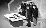 日本国との平和条約に署名する吉田茂全権と全権委員