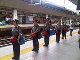 整列して新幹線を迎える