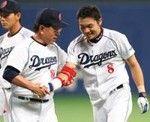 大島選手のサヨナラ打に笑顔で迎える高木監督