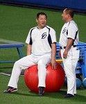 練習の合間にリラックスする山崎選手