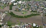 五条川が氾濫して周囲が水に浸かった大口町(上部)と江南市