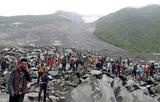 土石流の跡で救助に当たる人たち(四川省茂県)
