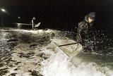 闇夜に網を入れる天竜川の漁師さん