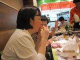 蒲焼ハンバーガーを食べる岡田社長