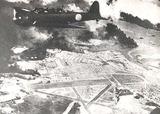炎上する真珠湾上空を飛行する九七式艦攻