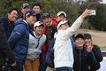 若手プロや育成ジュニアと記念撮影をする石川選手