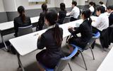 面接を待つ学生たち