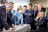 G7で対峙するメルケル首相とトランプ大統領
